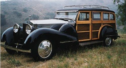 Detta är en Rolls Royce Phantom II från 1932 men skärmarna skvallrar om att karossen är byggd senare, och mycket riktig så var det Bohmann&Schwartz som försåg det här chassit med shooting brakekaross 1939