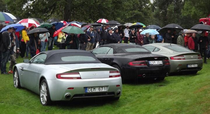 Vid prisutdelningen öppnade sig himlen, paraplyer och Aston Martins gav en lätt brittisk touch till avrundningen