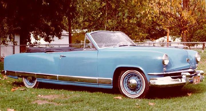 1949-50 gjorde Kaiser en fyrdörrars cabriolet i liten upplaga. Med den nya karossen 1951 planerades det en cabriolet men den skrinlades. En prototyp byggdes och denna blåa är den enda ''äkta'' fabriksbyggda Kaisercabben.