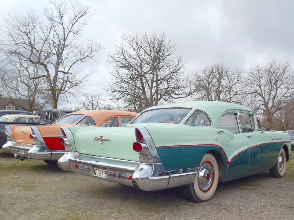 Dubbelt med Buick 1957, båda med den för året speciella tredelade bakrutan, ett option som inte föll väl ut då, men eftersökta modeller idag.