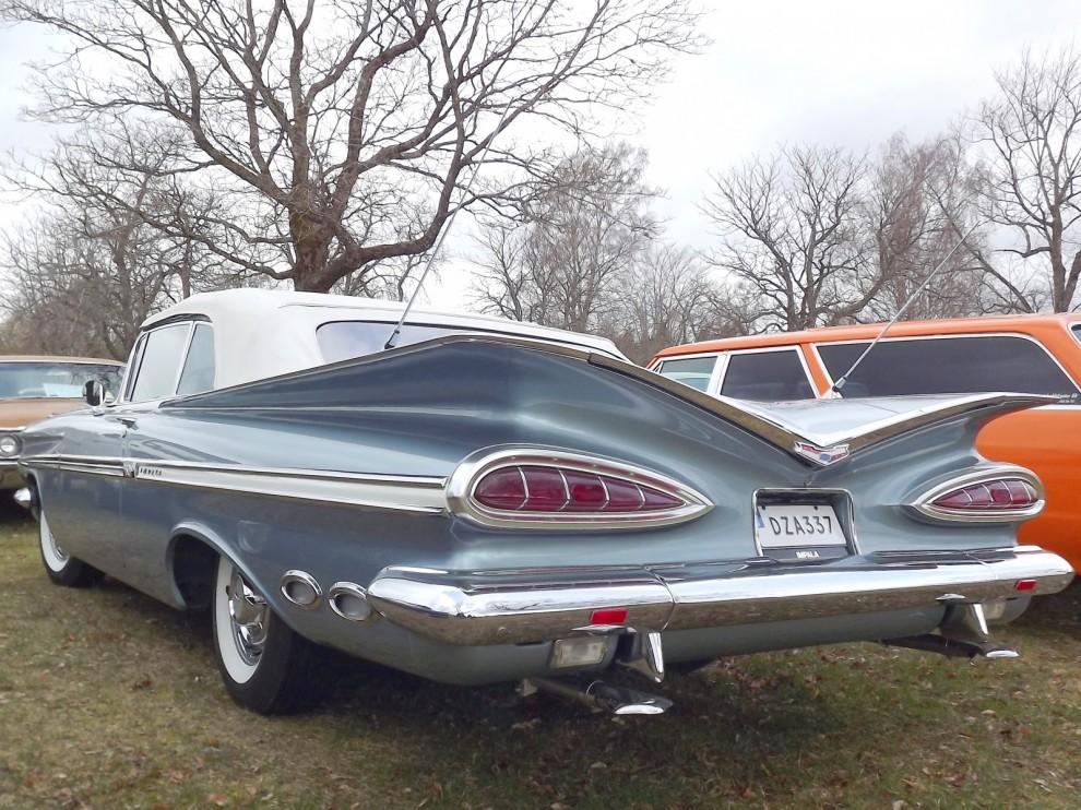 1959 års största baklampor satt på Chevrolet, med sina röda jättelika  kattögon skiljde den sig från mängden.  Förresten vad tycker ni om våra nya nummerplåtar... ?