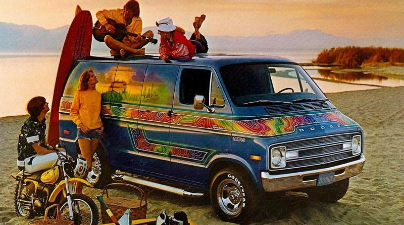 På sjuttiotalet var vanen ett strandraggarfordon, rymligare än en beach buggy. Dodge körde hårt på vanen som livsstilsfordon, här 1976 med dekor och fräsiga magfälgar från Travco.