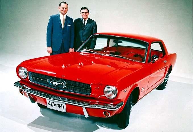 En av de tidigaste PR-bilderna med Mustang och en stolt Lee Iacocca, fast undomligt? tja...