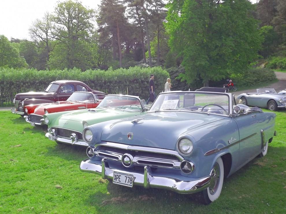 Fordar på fältet, närmast en Crestline Sunliner från 1952.
