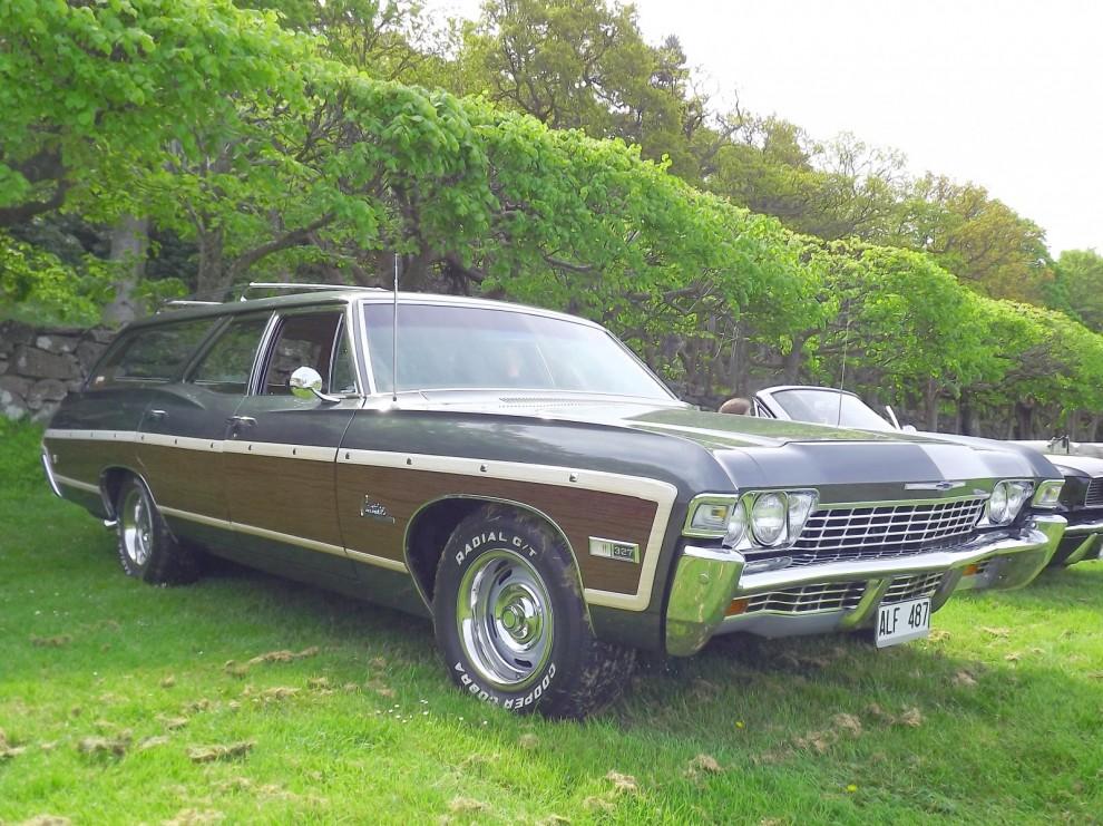 Eller en Chevrolet Caprice 1968, fullmatad herrgårdsvagn med äkta träsidor i plast. Med prislappen 3570 dollar var det Chevrolets dyraste modell.