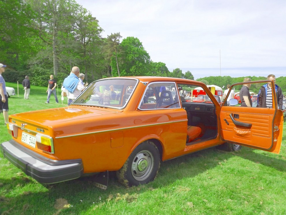 Volvomuseet smygstartade firandet av 240-modellen, det blir ju 40-årsjubileum i år. Dels visade dom upp denna rakt igenom mycket orangea 242 från 1975.