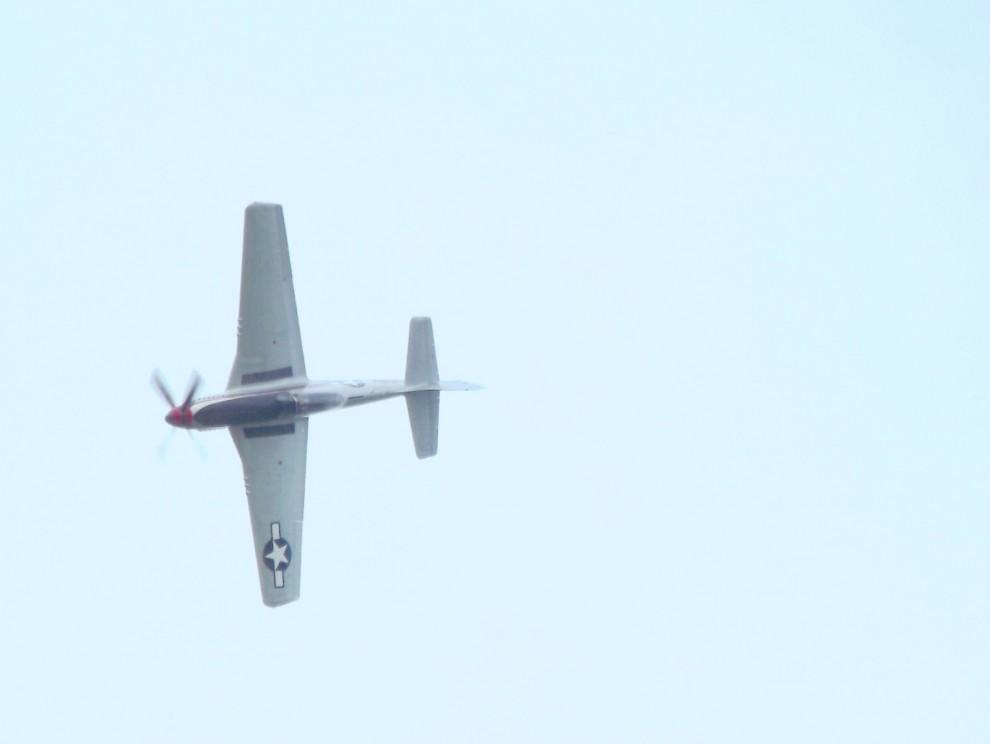 Och så fick vi besök av en amerikanare från ovan. Biltemas tuffa P-51 Mustang.