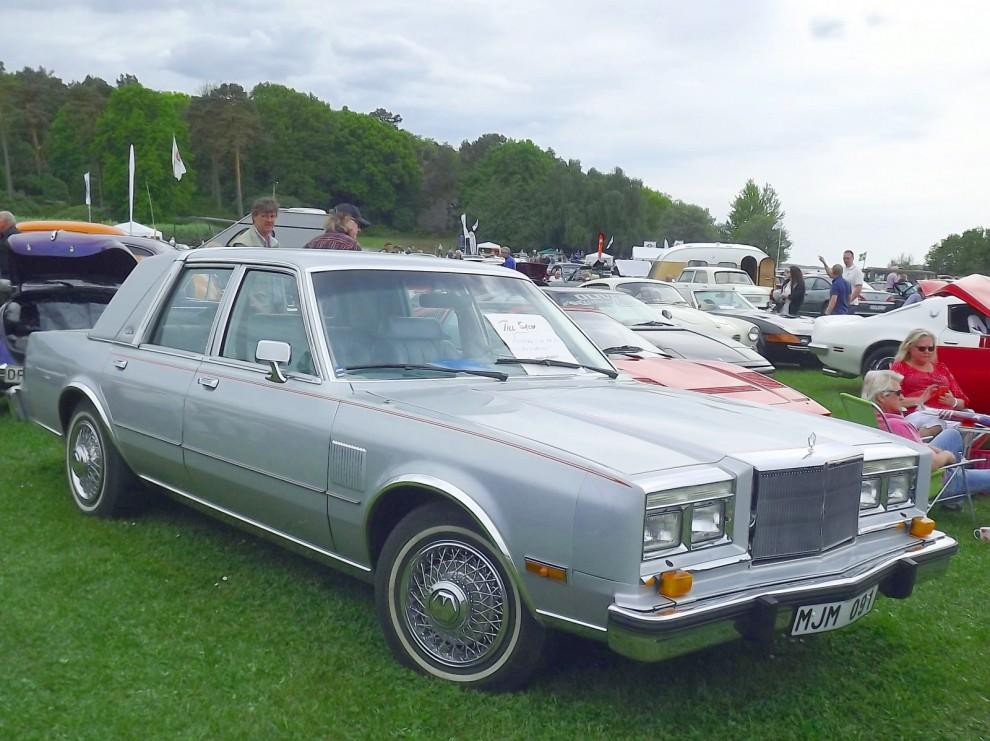 Fifth Avenue var Chryslers lyxiga bästsäljare 1986, över 100000 exemplar, en tredjedel av hela Chryslers produktion. Till Sverige och europa kom det väldigt få.