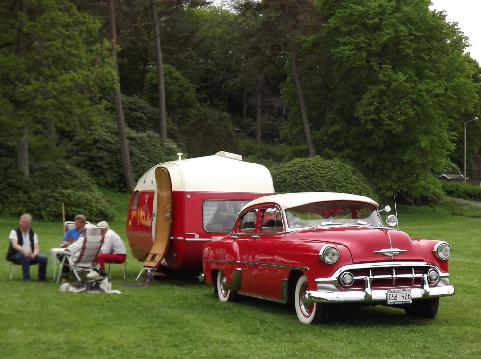 Köerna ut var långa och i väntan på hemfärd dukades picnicbordet hos det här gänget. Dragbilen är en Chevrolet Bel Air 1953.