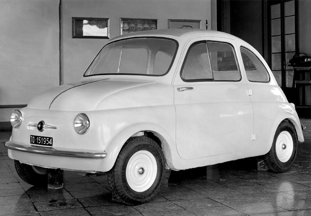 Vi börjar dock med ett litet undantag, den här nästan färdiga fullskalemodellen blev ju faktiskt Fiat 500 med ett par ändringar.  Här i studiobild daterad till 1954.