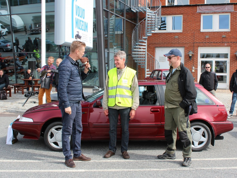Presentation av Volvomodeller och klubbar skedde hela dagen. Här pratar konfrenciern Kenneth Tonef med Håkan Gedda om det Håkan är allvetande på, Volvo 480ES.