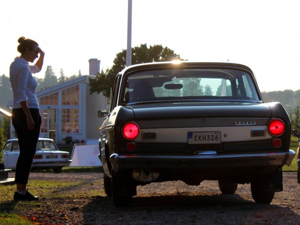 Vi tjuvstartar redan på fredagen då Sveriges, kanske Europas, äldsta Toyota rullar in på Grytsberg. Toyota Sveriges egen Crown från 1964.