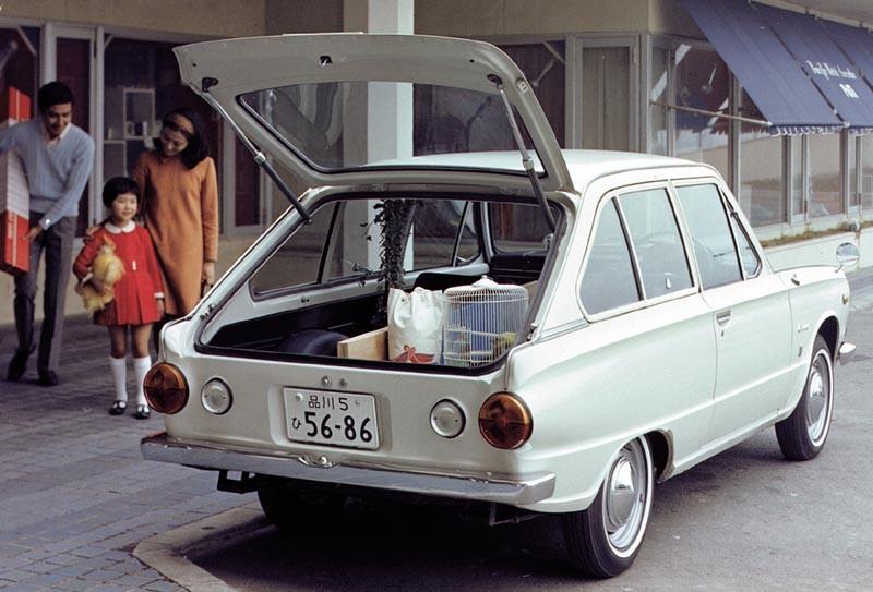 Första generationen av Mitsubishi Colt kom 1963, här synns den snitisga tredörrarskombin på shoppingrunda 1967.