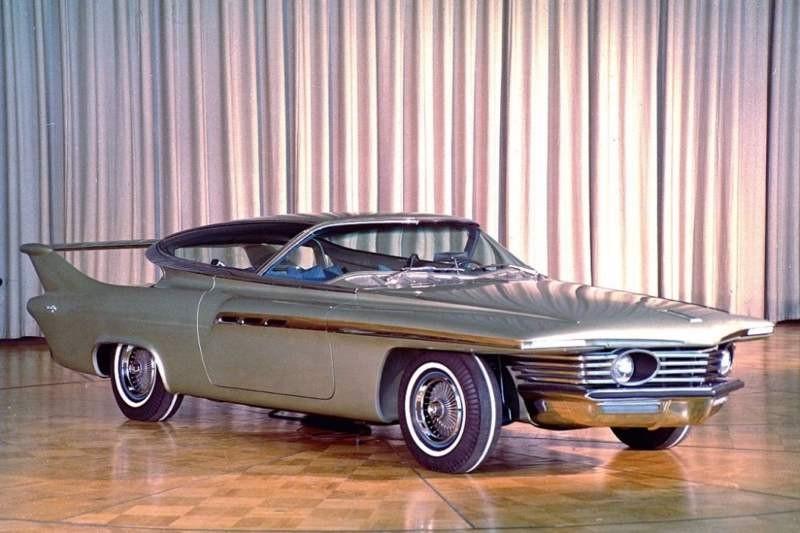 """Det nya decenniets bilmode skulle ha svepande linjer ansåg man och detta avspeglades i de """"dream cars"""" de stora amerikanska tillverkarna byggde för att visa upp framtiden. I något överarbetad form som Chrysler Turboflite 1961, få eller inga designaspekter från denna sågs i produktion, dessutom blev panoramaruta hopplöst ute."""
