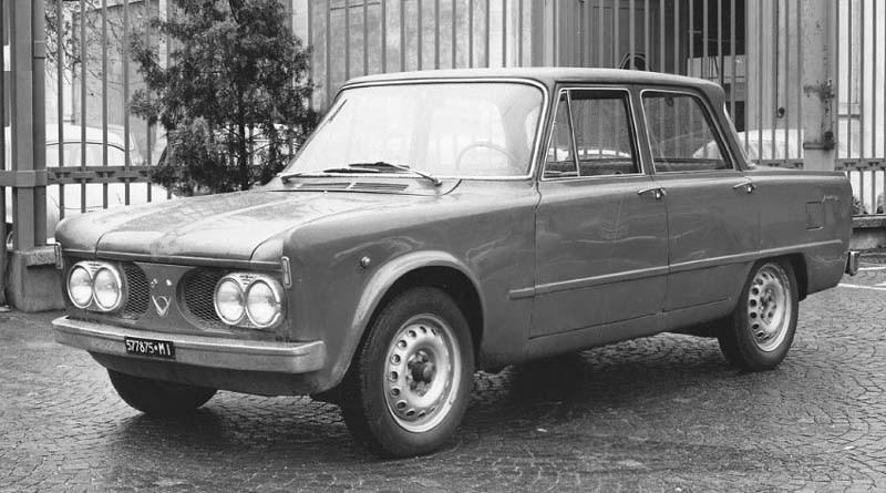 Alfa Romeo Giulia 1961 med en front som är allt annat än attraktiv. möjligen mer en testbil, en så kallad mula, för resten av bilen är ju i det närmaste klar