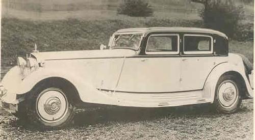 Maybach DSH sedan från 1933 från Spohn, man kan på denna kaross se att en del element från den extrema Stromlinie-bilen börjar smyga in i designen.