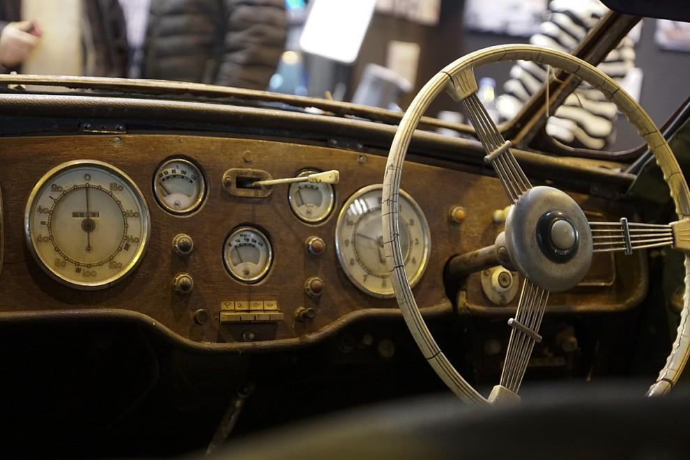 Instrumentpanelen ser imponerande och intakt ut, troligen original.