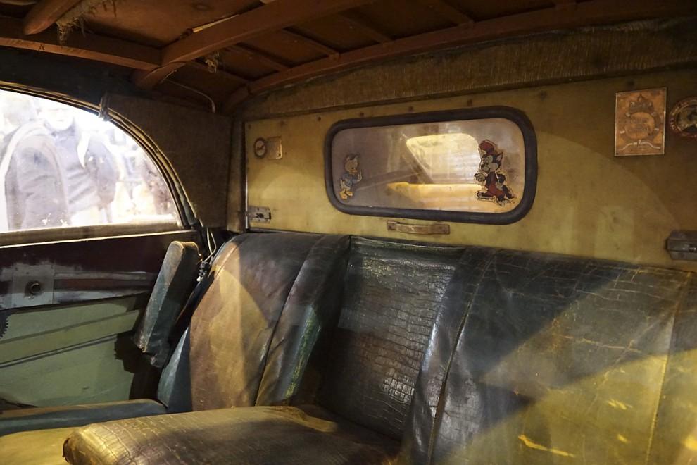 Bakom baksätet finns en lucka med bakruta som av en ägare försetts med klistermärken av Knatte Anka och Lilla Vargen – bevis att bilen varit bruksbil också efter kommunismen?