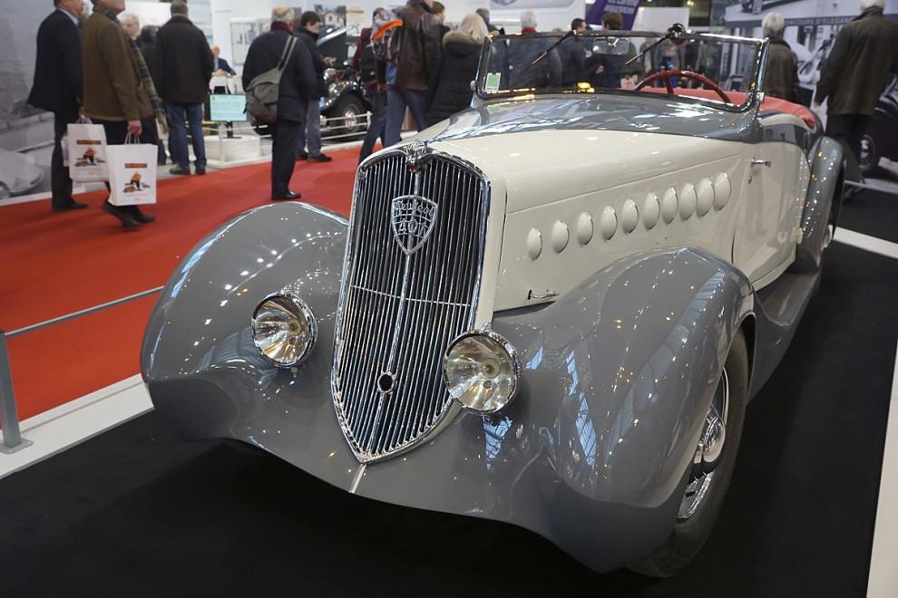 Jag är fascinerad av 1930-talets Peugeot och kommer nu att frossa i några av dem. Först ut är en 401 Roadster som inte har fabrikskaross utan en elegantare från en fristående karossbyggare. Med sina lågt placerade strålkastare ser den något sorgsen ut. Årsmodellen är 1935