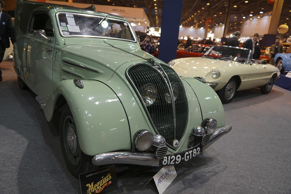 """Peugeot var två decennier före Ford Skyliner som """"plåtcabb"""" – men så hette det inte utan Transformable métallique vilket väl betyder samma sak. Här ser vi en vackert grön bil som håller på att transformera sig."""