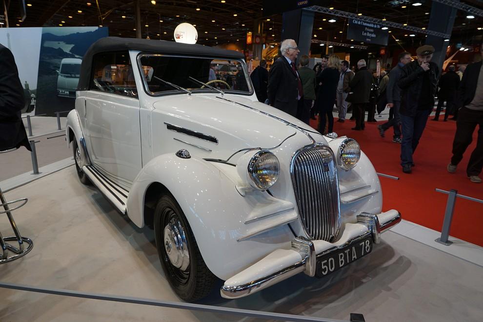 Nu byter vi märke till Simca och en liten fyrsitsig cabriolet jag aldrig sett förut. Det är en sällsynt variant av 1948 års Simca Huit 1200 som i sin tur var en vidareutveckling av Fiat 1100 från1939 som Simca hade licensbyggt. De underliga skärmpressningarna på båda sidor om grillen är original men fanns inte på den mycket vanligare täckta versionen.