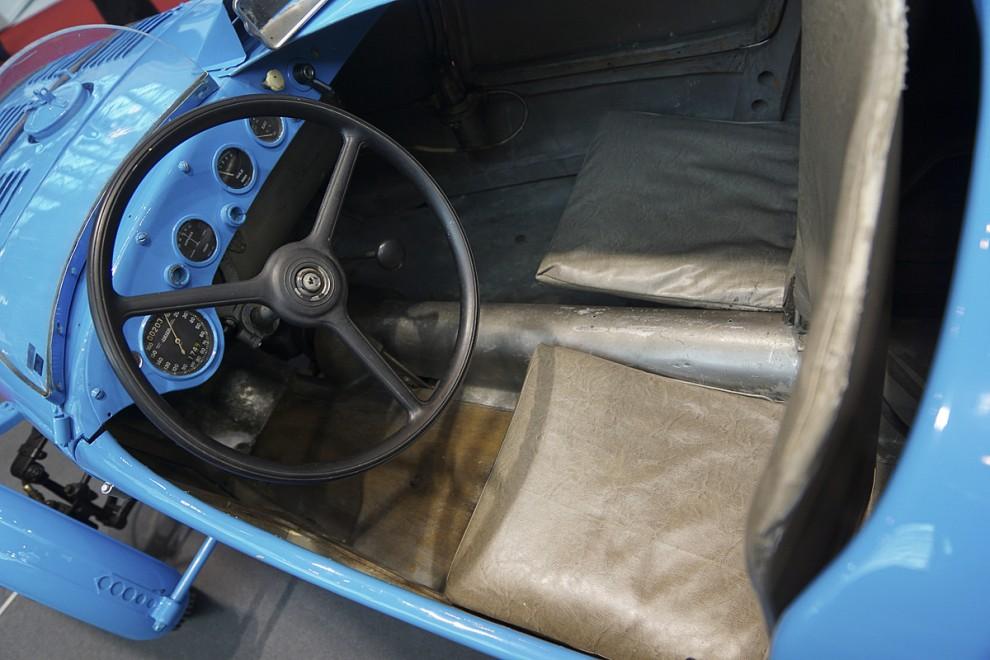På den tvåsitsiga bilen har högerplatsen kapslats in för att minska luftmotståndet.