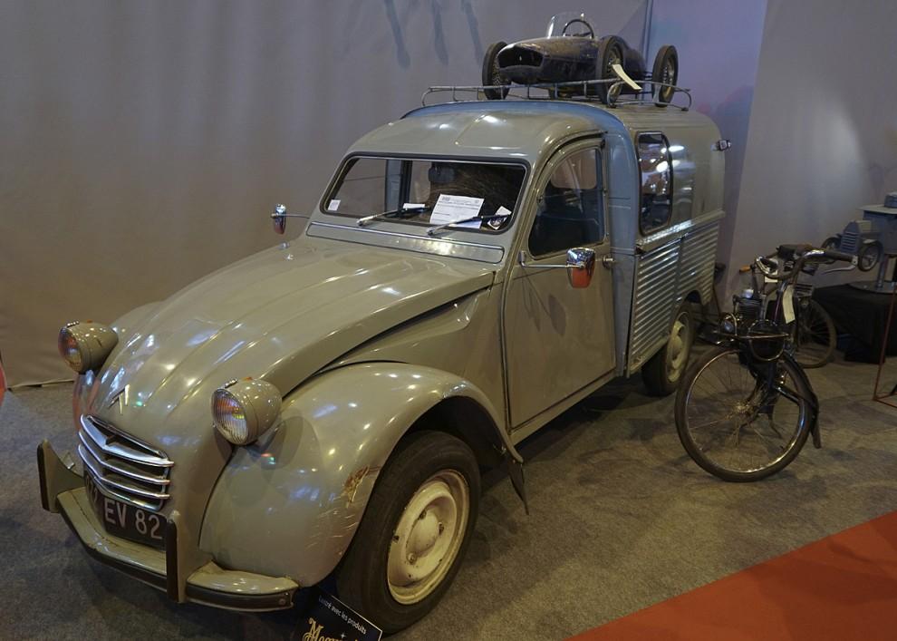 En charmig 2 CV skåpbil eller fourgonnette som det heter på franska. På takräcket en trampbil och intill en fransk moped som nunnor brukar åka på. I varje fall på film-