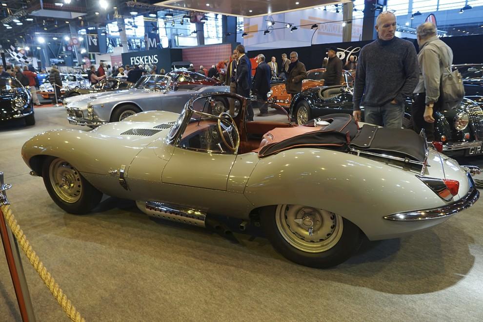 Att XK-SS är en stilmässig föregångare till E-type är tydligt. XK-SS tillverkades 1957 i ett litet antal varav flera förstördes före leverans i den stora branden det året i Jaguarfabriken.