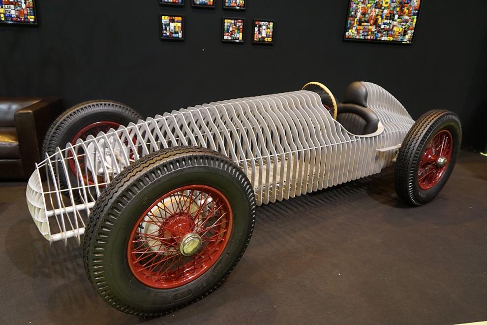 Det här är inte en gammal tävlingsbil under renovering utan ett modernt konstverk - dock något svårplacerat i bostaden,