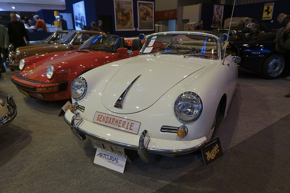 Franska trafikpolisen jagade fortkörare på Autoroutes med Porsche 356. Denna hade kvar skylt och radioutrustning och klubbades av Artcurial för 89 400 euro.