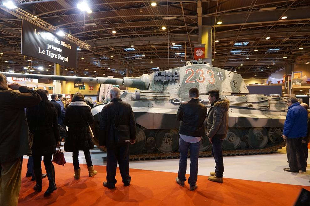 Alla förstod inte riktigt varför denna 70 ton tunga tyska stridsvagn Königstiger av årgång 1944 hade släpats in i utställningshallen. Dess krigiska prestanda beskrevs på ett beundrande sätt av utställaren som var pansarmuseet i Saumur.