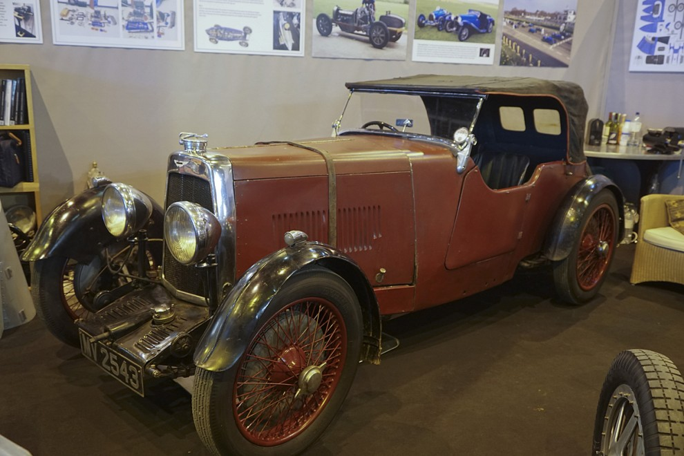 Ännu en ädel engelsman från året 1935 – Aston Martin Mark II Le Mans sports tourer. Avancerad teknik med torrsumpsmörjning, magnettändning och överliggande kamaxel. Nästan dubbelt så dyr ny som Rover 14.