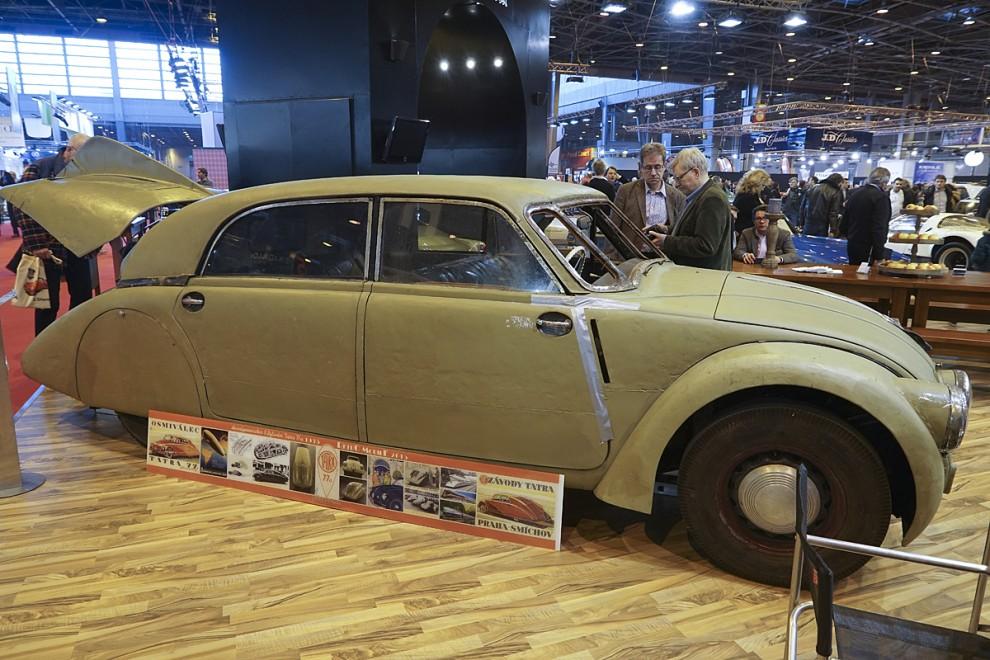 Som en vit val stod den plötsligt framför oss – Tatra Typ 77a från år 1935 – den första i serien av strömlinjevagnar med motorn bak från den tjeckiske tillverkaren. Tydligen ett exemplar som slitit hårt och länge som bruksbil i hemlandet Säljare var bilhandlaren Movendi.