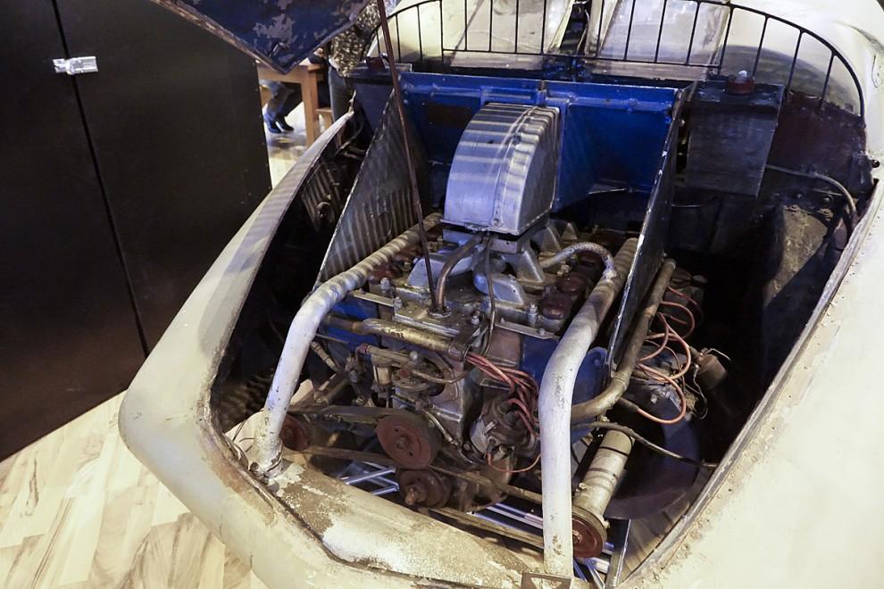 Motorluckan öppnades för att vi skulle få så den luftkylda V8:an på 3,4 liter och 70 hkr. Movendi avslöjade sin tekniska okunnighet genom att beskriva motorn som en V8 Boxer men kom igen på affärssinne genom att begära en halv miljon euro för detta renoveringsobjekt.
