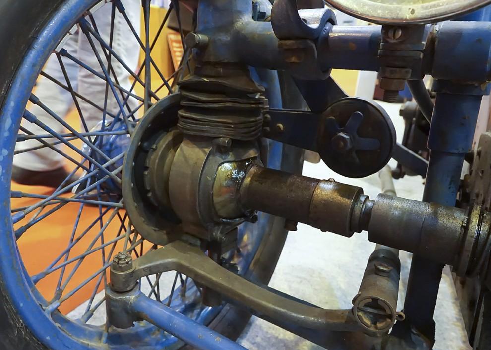 Att kombinera framhjulsdift med bromsar på framhjulen var 1926 svårt så det avstod Gregoire från. Just denna Tracta klarade ändå att tävla på Le Mans både 1926 och 1928.