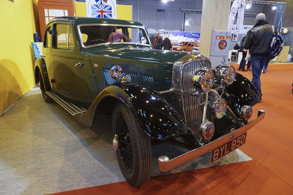 En mycket sällsynt bil man knappast trodde man skulle få se i verkligheten och allra minst i Frankrike - en Rover 14 Streamline Coupé från år 1935. Strålkastarna satt tätt för att minska luftmotståndet och motorn var bestyckad med tre förgasare.