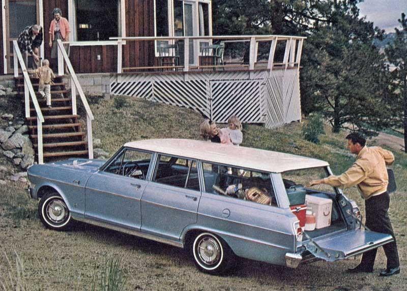 Lillchevan som kallades Chevy II blev snabbt populär, här lastas bakluckan ur på en Chevy II Nova 1964