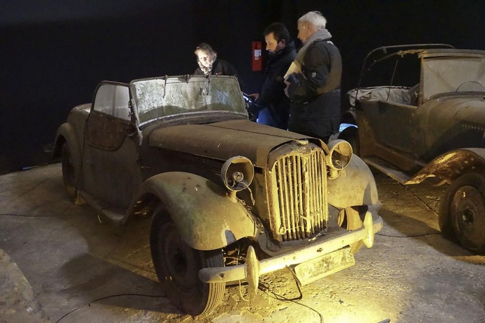 Singer 1500:  Vansinnet började redan vid första utrop, en beskedlig Singer 1500 Roadster , cirka 1951, klart mogen för helrenovering. Artcurials uppskattade pris låg rimligt till i intervallet 200-800 euro, men slutpriset blev ändå 10 728 euro!