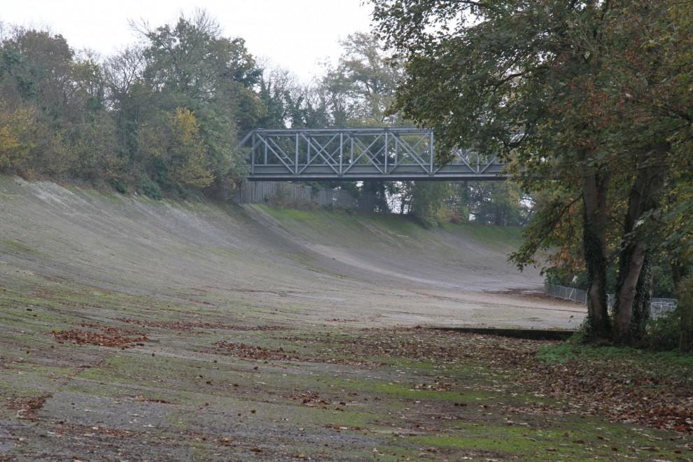 Brooklandsbanan var världens första. En del av den finns fortfarande kvar.