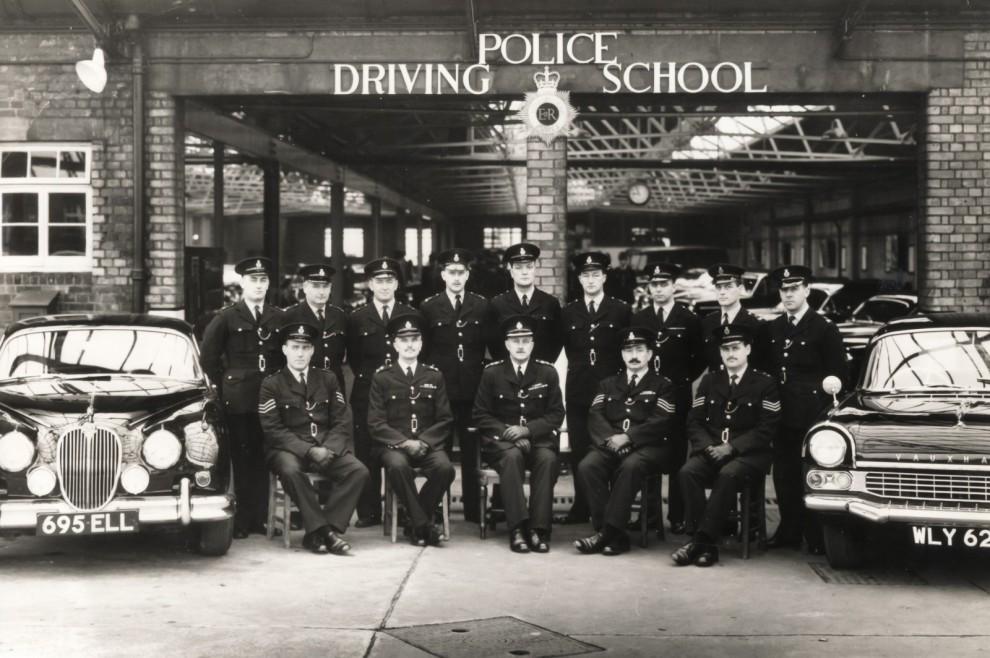 – Dessutom är polisen på plats, nyutexaminerad från körskolan.