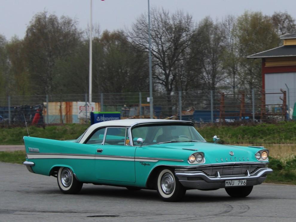 En del trotsade väderleksrapporten med sina finbilar för att få dom godkända för säsongen , här en Chrysler New Yorker från 1957.