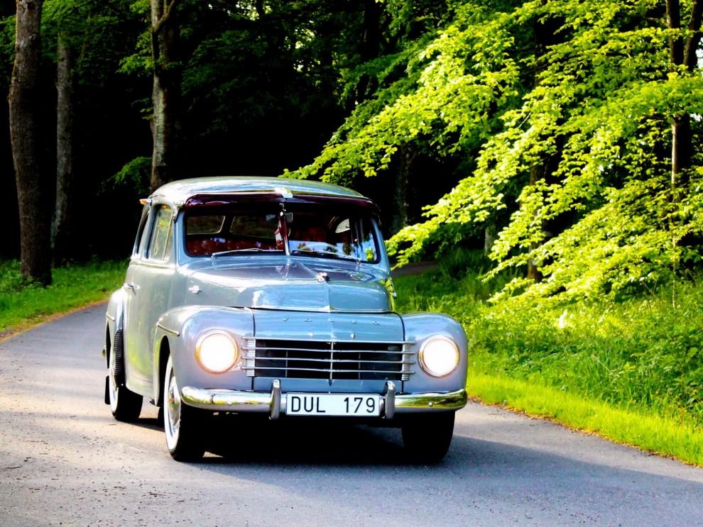Morogontidig utställare med fin Volvo PV444 på väg in.
