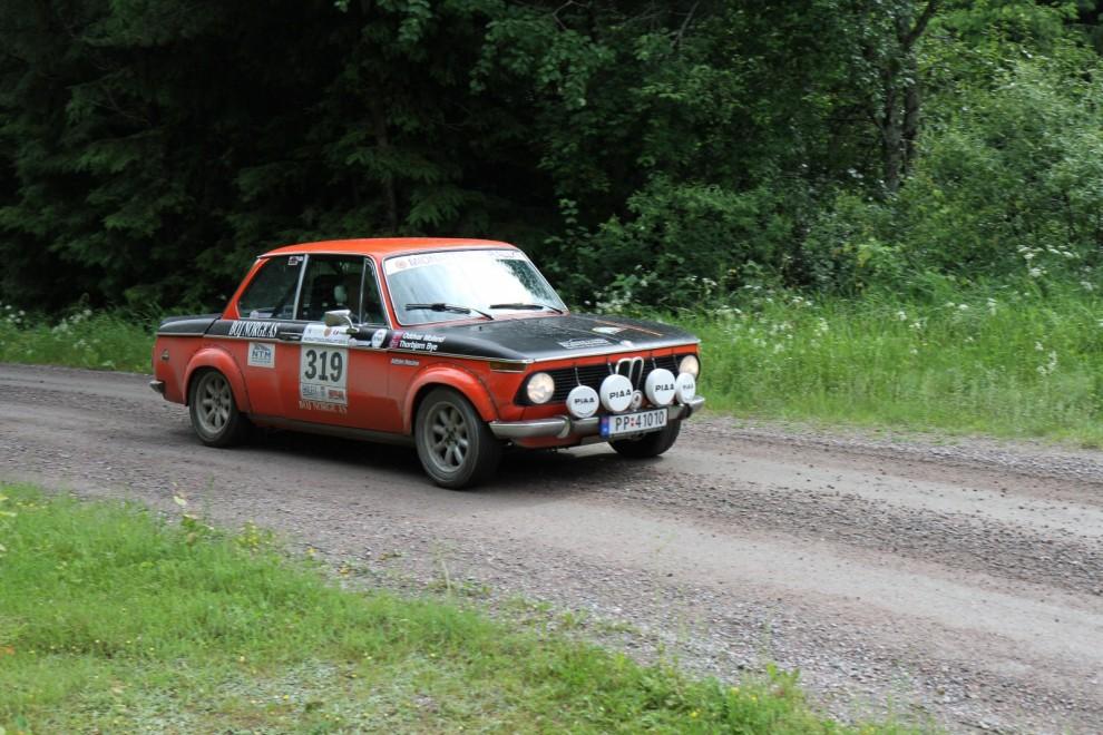 Segraren i Regularity Elite. Thorbjörn Bye/Oddvar Moland i en orange BMW 2002 Tii från 1974.
