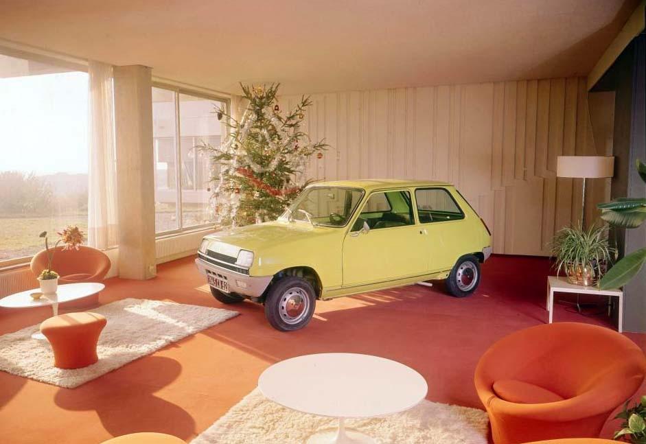 Moderna Renault 5 i moderna vardagsrummet, framför julgranen fast det ser inte så vintrigt ut utanför.