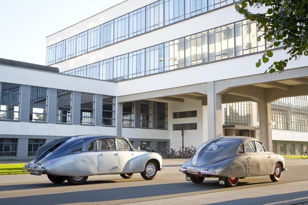 Tatra T87 och T600 vid Bauhausskolan i Dessau. Modernare blir det inte.