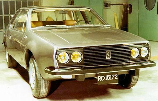 Coggiola var flitiga i att ta fram alternativa modeller för biltillverkarna, det här en Renault 40, en modellserie som aldrig blev av.  Byggd 1972 och verkar vara coupé på högersidan och fyrdörrars sedan på andra.