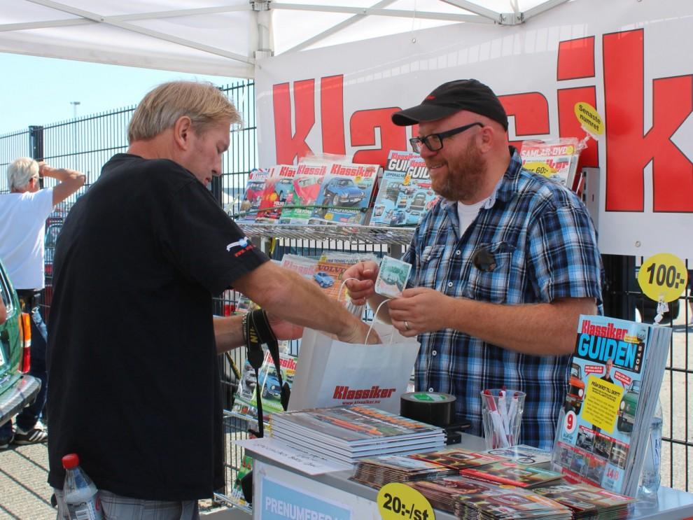 Fredrik Nyblad servar trevliga läsare och andra entusiaster vid Arendal.