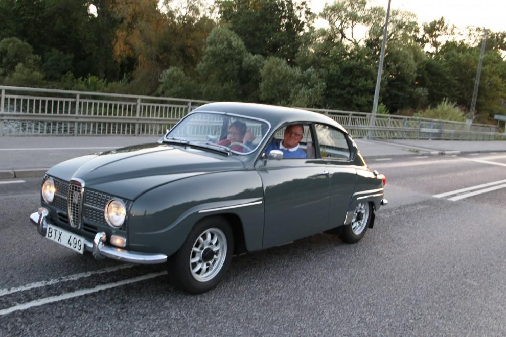 Redan på vägen dit träffar vi på Svante Lundqvist i skönt smattrande Saab 96 -65.