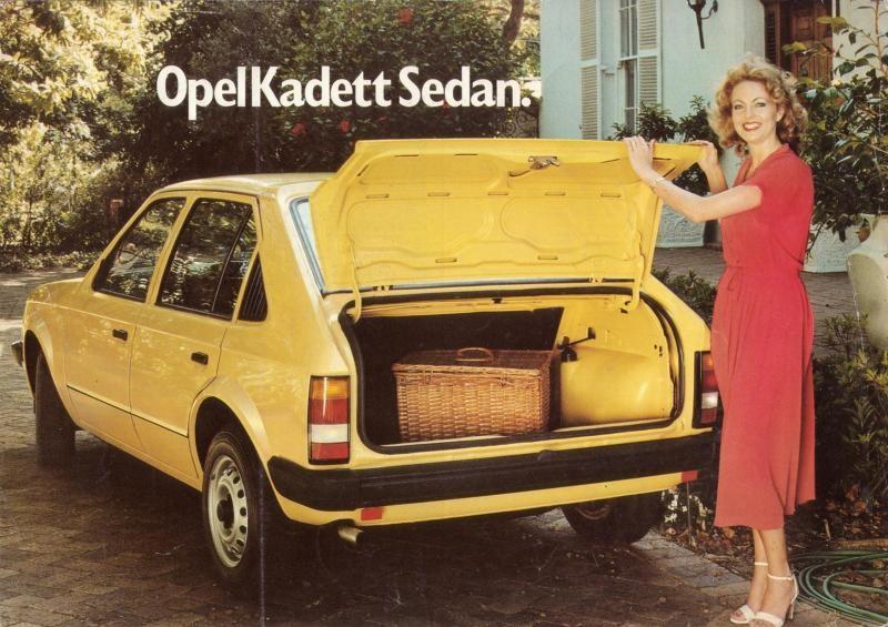 Kadett D fanns först med den här lilla luckan men slopades för den större hatchbacken. Men den här kommer från Sydafrika och där fortsatte dom byggasd på detta vis till 1984.