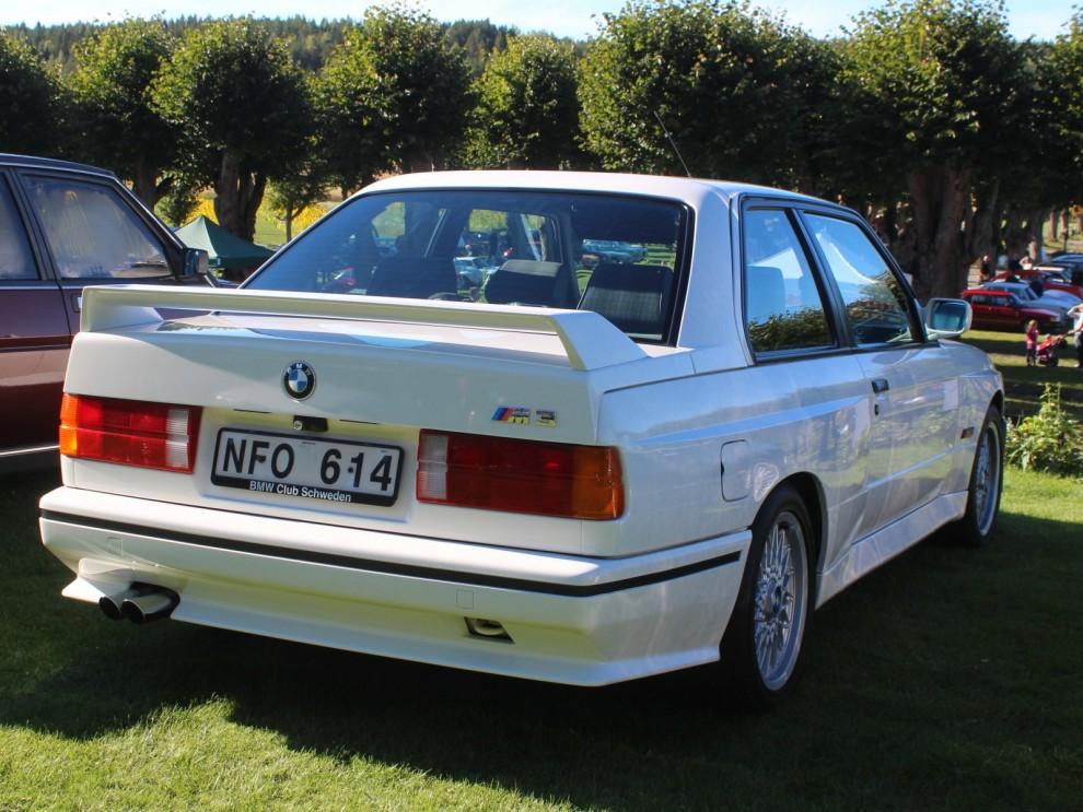 En annan åttiotalsikon, BMW M3 med sina utlagda skärmar och bakvinge som visade att det inte var en vanlig 323 som körde om dig.